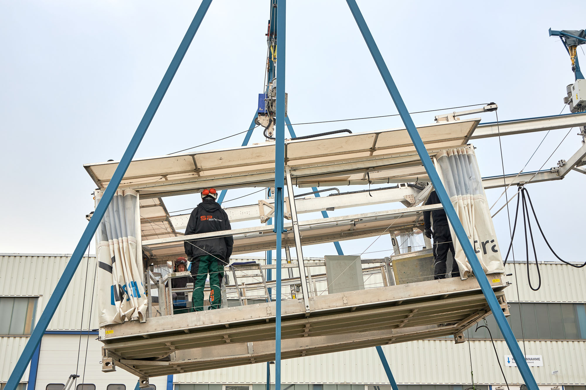 Rotor blade access system terra 1.1 with customer in training at demo centre